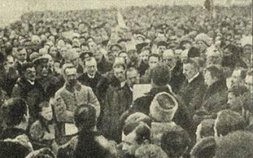 Лонгин Цегельський зачитує 22.01.1919 р Акт майбутньої Злуки біля пам'ятника Богдану Хмельницькому