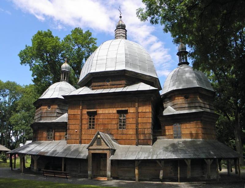 Будівля - тризрубна, трибанева, зведена з соснового дерева на дубових підвалинах.