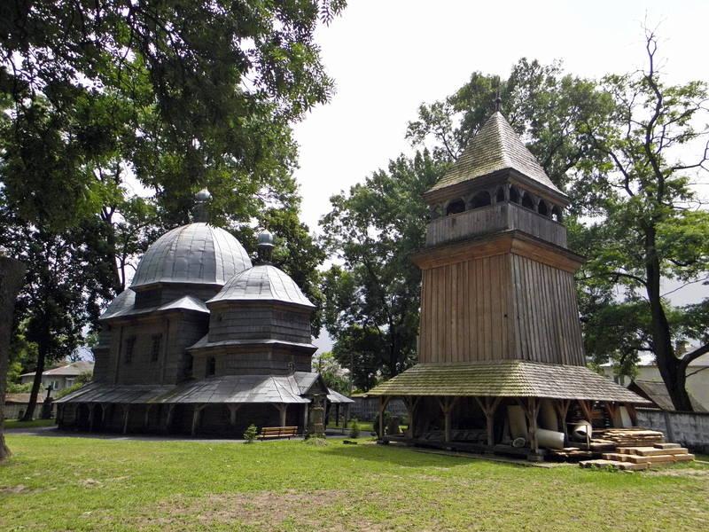 Дерев`яна, каркасної конструкції триярусна дзвіниця розміром 5,0 х 4,5 м. зведена з дубових брусів і накрита шатром.
